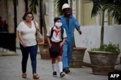Un niño sa una máscara protectora para ir a la escuela, que no han cerrado en Cuba en medio de la epidemia de coronavirus.