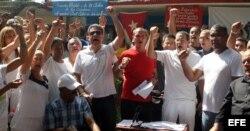Varios disidentes cubanos se reúnen hoy, viernes 10 de abril de 2015, en La Habana.