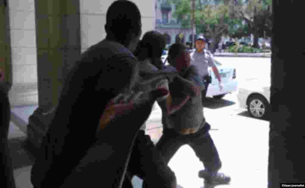 """La más reciente recogida de mendigos ocurrió este lunes 25 de abril, en Centro Habana y La Habana Vieja, supuestamente por la filmación de """"Fast & Furious 8"""". (Foto: A. Zamora)"""