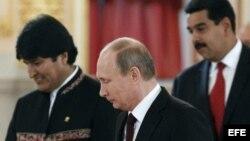 Los presidentes de Bolivia, Evo Morales (i), de Rusia, Vladímir Putin (c), y de Venezuela, Nicolás Maduro (d), asisten al Foro de los Países Exportadores de Gas (FPEG).