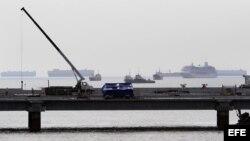 Varios barcos permanecen atracados en la Bahía de Panamá, a la espera de su ingreso al Canal de Panamá.