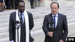 El presidente de Francia, Francois Hollande (dcha), y el presidente de Mali, Dioncounda Traore, dan una rueda de prensa tras la reunión mantenida en el Elíseo en Paris, Francia.