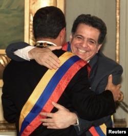 Hugo Chávez es felicitado tras juramentarse como presidente el 24 de enero de 2000 (Archivo).