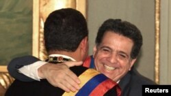 Foto Archivo. Isaías Rodríguez abraza a Hugo Chávez, tras su juramentarse como presidente el 24 de enero de 2000.