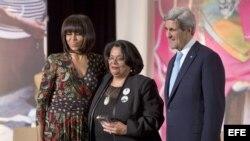 La primera Dama de Estados Unidos, Michelle Obama, y el secretario de Estado, John Kerry, entregando el Premio al Valor a la activista hondureña, Juleta Castellanos