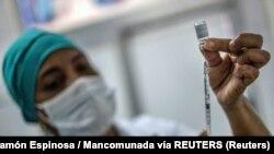 Una enfermera cubana se prepara para vacunar con Soberana-02, fabricada en Cuba.