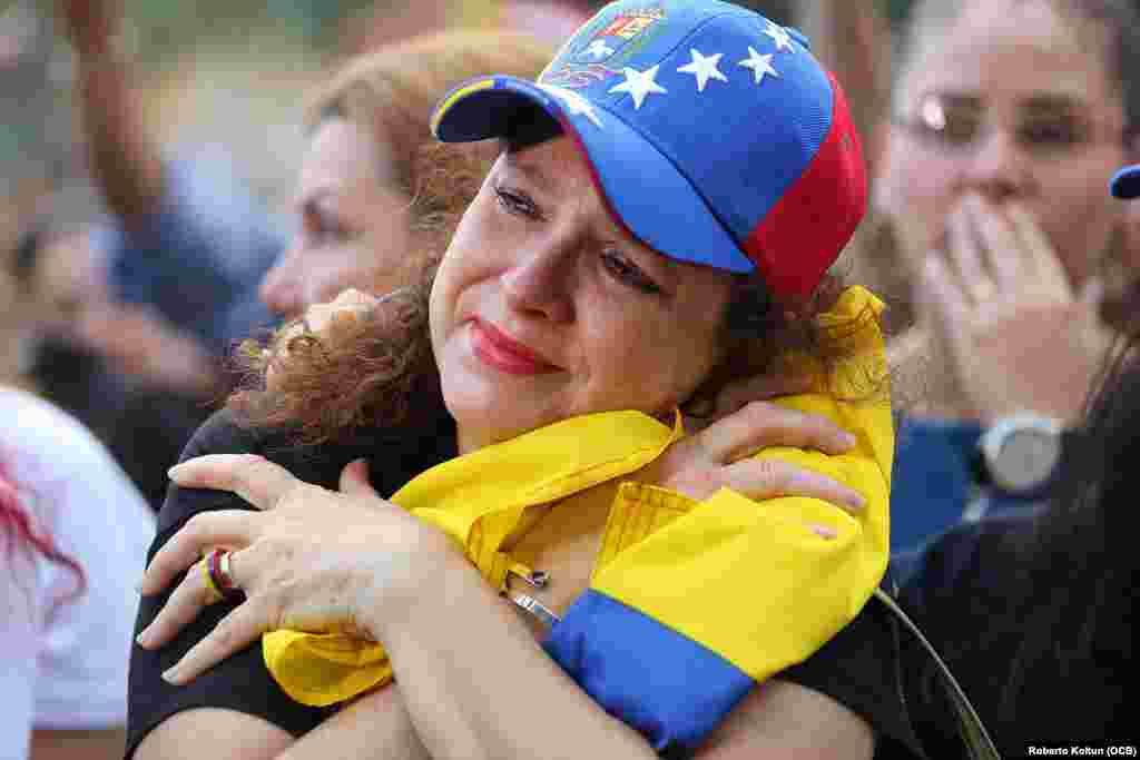 Auristela Sandoval abraza y llora junto a su querida bandera venezolana durante una manifestación de apoyo a Juan Guaidó en Doral, Miami.