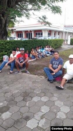 Cubanos en Surinam Con ellos tres Damas de Blanco y sus familaires