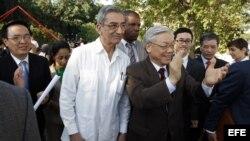 Archivo - Secretario general del Partido Comunista de Vietnam, Nguyen Phu Trong (d),visita Cuba, le acompaña José Ramón Balaguer (i).