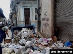 Un contenedor de basura volteado convirtió una esquina de La Habana en un vertedero de desperdicios (Foto: Archivo).