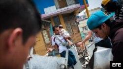 Manifestantes bloquean la avenida Carabobo en San Cristóbal, estado Tachira (Venezuela), donde el estudiante Daniel Tinoco recibió el lunes un balazo mortal en el pecho.