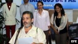 El portavoz guerrillero Luis Alberto Albán (d), alias Marco León Calarcá, lee un comunicado al llegar al Palacio de Convenciones de La Habana (Cuba).