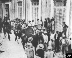 El general estadounidense William Shafter entra Santiago de Cuba en 1898. (AP Photo)