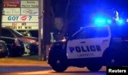 Autos policiales en torno al cine Grand 16 de Lafayette, Louisiana, donde un atacante dio muerte a dos personas.