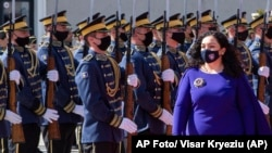 La flamante presidenta de Kosovo ,Vjosa Osmani-Sadriu, revista la Guardia de Honor durante la ceremonia de juramentación (AP Foto/ Visar Kryeziu)