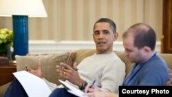 El expresidente Obama y Ben Rhodes, su asesor de seguridad nacional y negociador con Cuba. (Foto: Archivo)