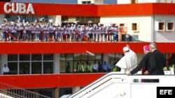 El papa Francisco (3d) saluda hoy, lunes 21 de septiembre de 2015, a su llegada al aeropuerto de Santiago de Cuba (Cuba).