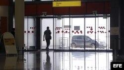 Un hombre sale de la terminal E del aeropuerto de Sheremetiévo, a las afueras de Moscú, Rusia.