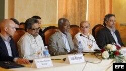 Kofi Annan (c), ex secretario general de la ONU; Humberto de la Calle (2-d), jefe de la delegación del Gobierno colombiano; Luciano Marín Arango, alias Iván Márquez (2-i), jefe del equipo de las FARC en diálogos de paz; y los garantes en las negociaciones, Rodolfo Benítez (d) de Cuba y Dag Nylander (i) de Noruega.