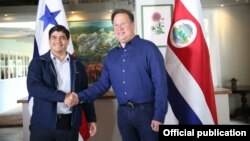 El presidente de Costa Rica, Carlos Alvarado Quesada y su homólogo de Panamá Juan Carlos Varela Rodríguez, en la localidad fronteriza de Boquete, provincia panameña de Chiriquí.
