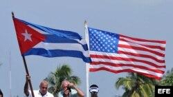 Las banderas de Cuba y Estados Unidos.