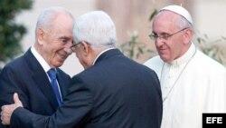 El primer ministro de Israel Shimon Peres (I), el presidente palestino Mahmoud Abbas y el papa Francisco.