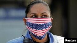 Una agente de la policía usa una máscara con la bandera de los Estados Unidos en San Diego, California, el 3 de abril del 2020.