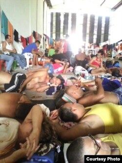 Migrantes cubanos aguardan en el almacén de Trubo, una salida a su conflicto migratorio. Foto Cortesía Migrantes de Turbo.