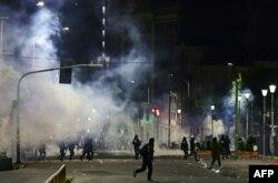 Fuerzas de seguridad enfrentan a simpatizantes del ex presidente Evo Morales la noche del martes en las calles de La Paz (Foto: Ronaldo Schemidt/AFP).