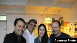 Yoani Sánchez junto a amigos brasileños que la han invitado a su país / Foto de archivo