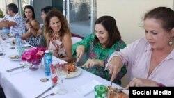 Mariela Castro en el almuerzo con Pastora Soler y la diputada transexual del PSOE, Carla Antonelli. Foto publicada en Facebook por Ydalgo Martinez.