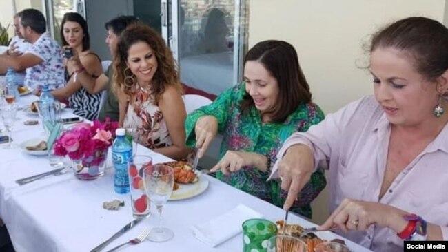 ad0e7bfd31 Mariela Castro en el almuerzo con Pastora Soler y la diputada transexual  del PSOE