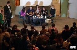 Activistas de Greenpeace se reúnen con residentes de San Petersburgo.