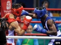 Emilio Correa, (d), en acción frente a Elshod Rasulov de Uzbekistán.
