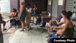 Nueve familias viven en el edificio de tres plantas en peligro inminente de derrumbe, ubicado en Zulueta 505, entre Monte y Dragones, en La Habana Vieja. (Cortesía/Hamaya Cuesta)