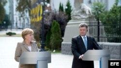 Merkel visita Ucrania y se reune con el presidente Poroshenko.