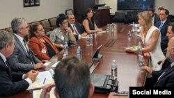 Foto de la reunión de los médicos cubanos con los funcionarios de EEUU. Tomado de @WHAAsstSecty