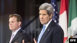 El secretario de Estado John Kerry y el canciller canadiense John Baird (i).