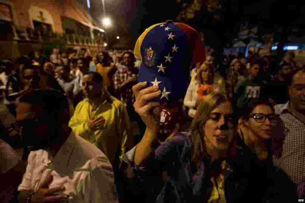 Una mujer celebra el triunfo de la oposición.