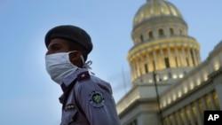 Un oficial de policía custodia las calles cercanas al Capitolio durante el toque de queda en La Habana. (AP/Ramon Espinosa)