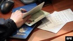 A algunos cubanos el gobierno les sigue negando el derecho de tener pasaporte.