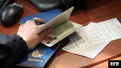 Pasaporte cubano revisado.