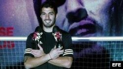 El uruguayo Luis Suárez posa para los fotógrafos durante un acto promocional de su marca de botas.