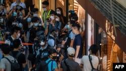 Policías en Hong Kong en un centro comercial para dispersar a manifestantes.