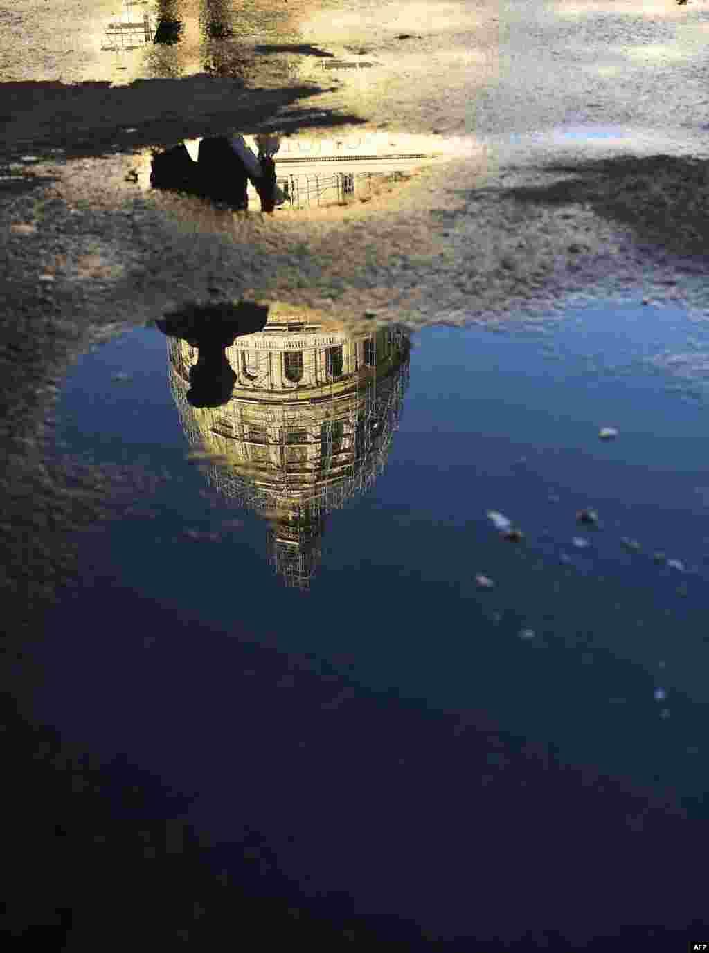 Reflejo del Capitolio. AFP PHOTO / RONALDO SCHEMIDT