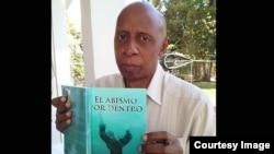 """Guillermo Fariñas presenta en Miami su libro """"El abismo por dentro"""", una novela sobre su experiencia en la guerra de Angola."""