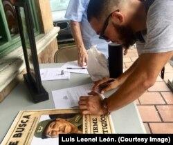 Joven firma en Miami para enjuiciar a Raúl Castro.