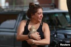 Un familiar de una víctima del accidente del Boeing 737 a la salida de la funeraria en Cuba.