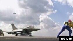 Un avión sale de la base aérea en Francia.