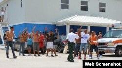 Detenidos en el Centro de Detención de Inmigrantes de Islas Cayman durante una protesta. (Captura de imagen/Cayman Compass)